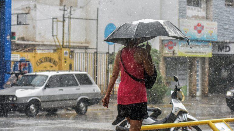 Una tormenta de lluvia le pone pausa al veranito: alertan por posible caída de granizo