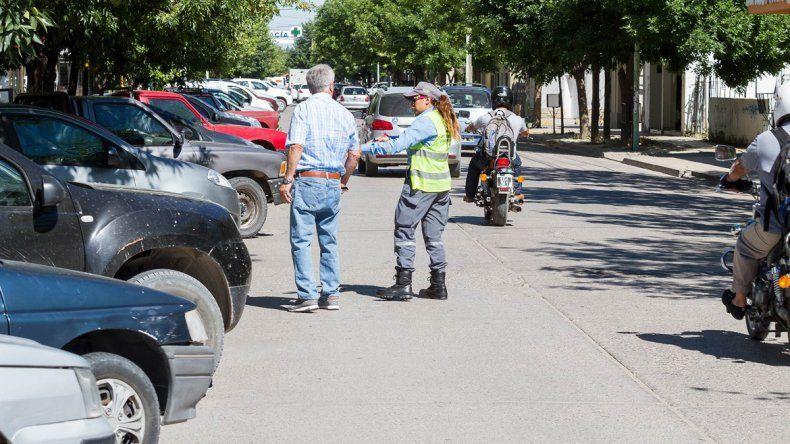 Ayer se realizó una prueba piloto para estacionar a 45 grados y de reversa en varias cuadras de la calle 9 de Julio. La medida será efectiva el año que viene.