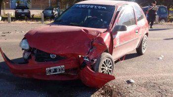 El auto Chevrolet Corsa terminó con la trompa destrozada tras el impacto con el Peugeot 308.