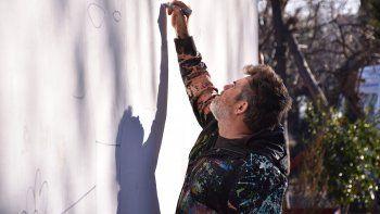 Milo Lockett es un reconocido artista plástico y habitualmente encabeza jornadas artísticas con niños.
