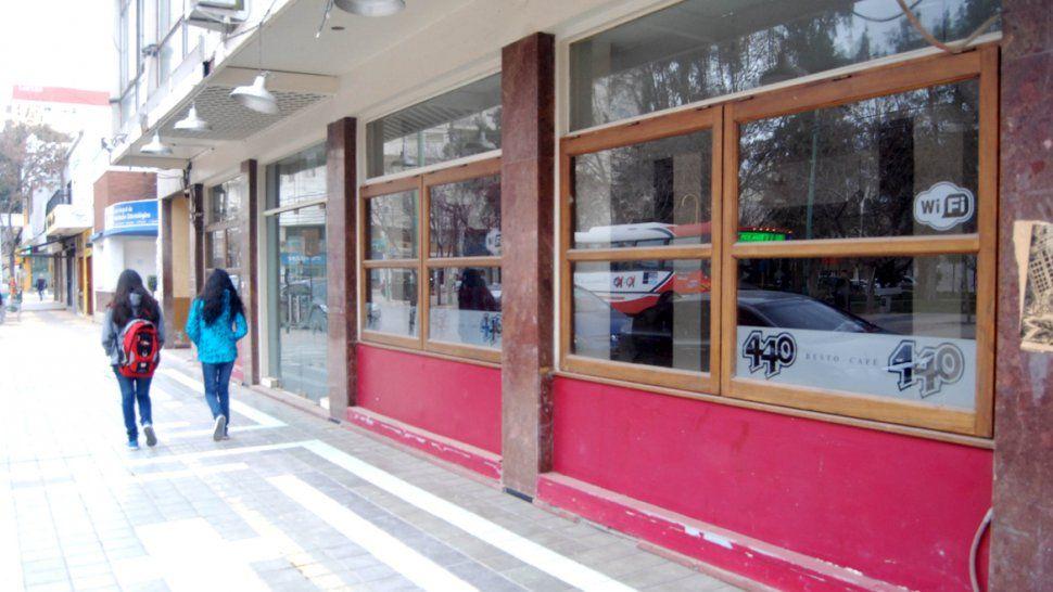Algunos locales llevan varios meses vacíos en pleno centro. Los comercios cerraron y nadie los alquila.