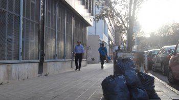En el centro, el espectáculo de la basura resulta llamativo todos los días. Los comerciantes están enojados.