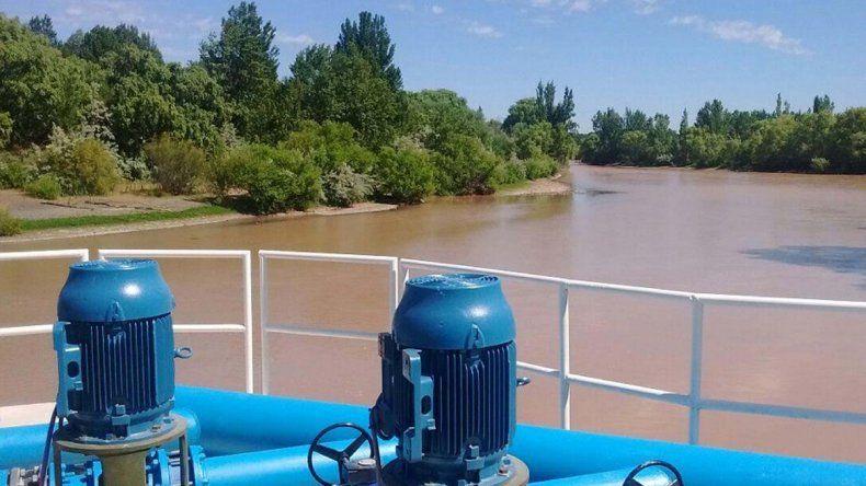 El agua turbia del río Neuquén complicó la potabilización y el suministro en casi todas las ciudades del valle. Hasta hubo que repartir bidones.