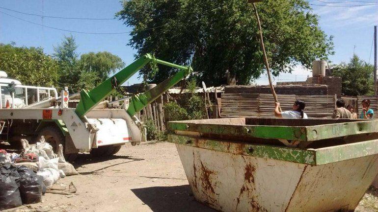 Los vecinos de Costa Sur limpian el barrio para combatir la leptospirosis