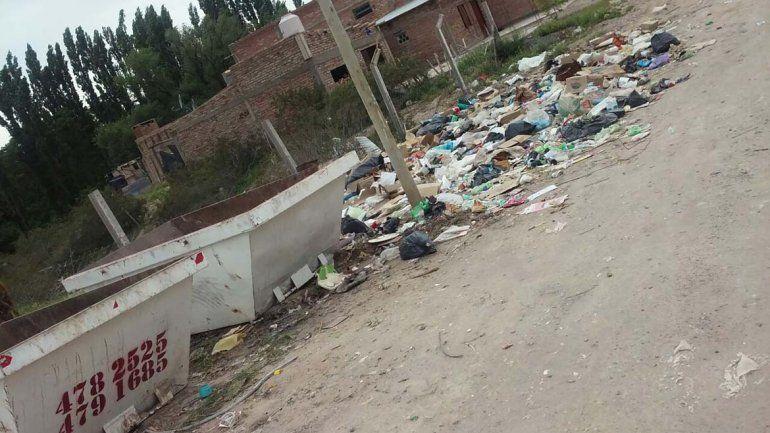 Denuncian que los contenedores de basura provocan un foco infeccioso en Las Perlas