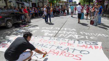 Ayer, profesores de talleres del área de Cultura protestaron frente al edificio municipal de calle Yrigoyen.