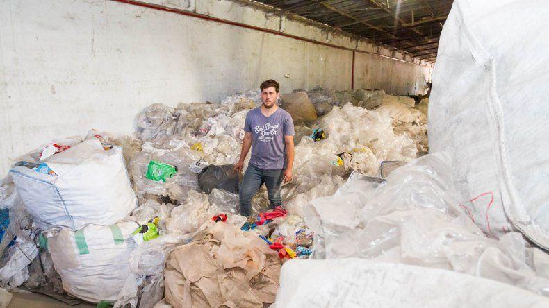 Raúl Assum tiene su novedoso emprendimiento en un galpón ubicado en la calle General Paz de Cipolletti.