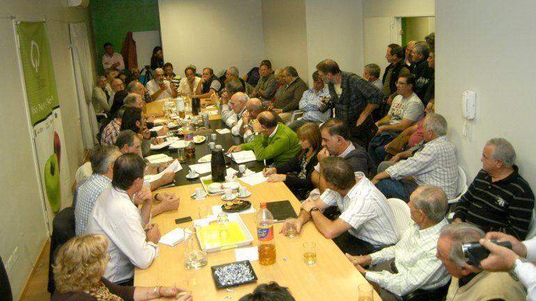 Los productores analizaron el plan frutícola en Huergo y forzaron una primera reunión en la Federación. Van por más.
