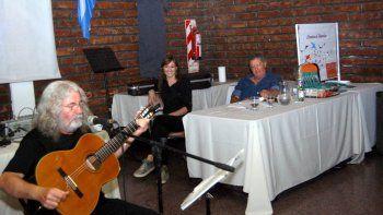 Pedro Schenfelt y Mónica Flaherty presentaron el último viernes el libro Literatura de mameluco. Escribir desde las orillas. La actividad se llevó a cabo en las instalaciones de APJAE, ubicadas en calle Yrigoyen 364.