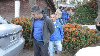 Oscar Alfredo Pequi Bastonero y una de sus cómplices son trasladados por la Policía neuquina tras la demora.