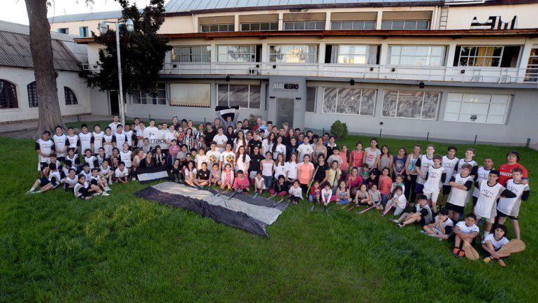 La familia albinegra unida para la foto de los 90 años de un club que sigue creciendo y sumando actividades.
