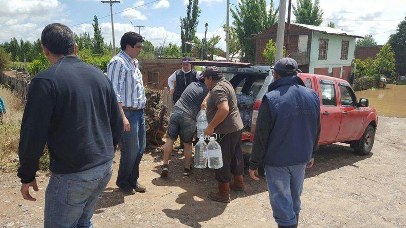 Una de las necesidades prioritarias tras el desastre ha sido la provisión de agua potable a los inundados.