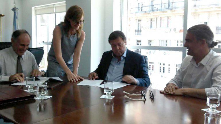 Weretilneck firmó ayer el acuerdo con el Enohsa en Buenos Aires.