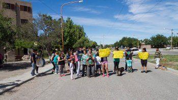 Un grupo de vecinos del barrio La Paz cortó el tránsito en Avenida La Plata.