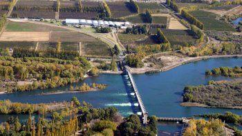 Hay un fallo federal que obliga a sanear el Limay desde la planta Tronador hasta la Isla Jordán. Van por el Neuquén.