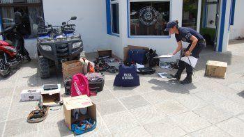 Tras el allanamiento al departamento de la banda neuquina, se hallaron numerosas cosas robadas. Se secuestró el Peugeot en el que merodeaban.