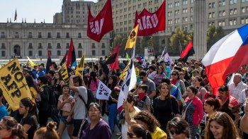 Familias enteras caminaron por las calles céntricas de Santiago.