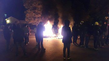 Los manifestantes se convocaron mediante las redes sociales frente a la residencia de la gobernadora Alicia Kirchner.