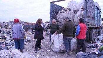 La concejal Villarroel Sánchez estuvo en el basural y dialogó con los recicladores de residuos, quienes le expresaron su gran preocupación.