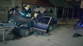 Los heridos quedaron atrapados entre los hierros del auto.