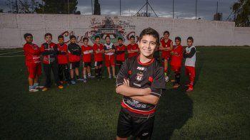 Desde la cancha de Sapere, Gonzalo posó para LM Neuquén tras el boom mediático en las redes.