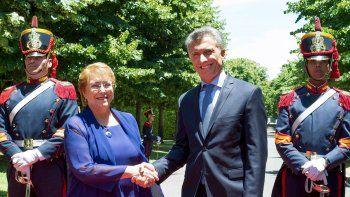 El Presidente almorzará con su par chilena y luego firmará acuerdos.