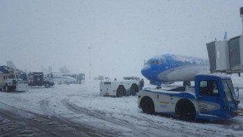 ola polar: montaron un operativo en aeropuertos para evitar que se congelen los aviones y las pistas copy
