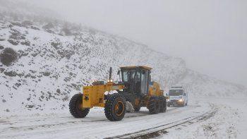 vialidad trabaja para habilitar las rutas intransitables por el hielo