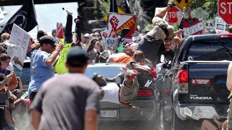 Estados Unidos: un auto atropelló a manifestantes antiracistas y hay al menos un muerto