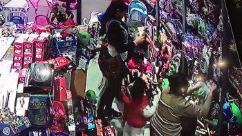 mecheras robaron juguetes frente a sus hijos en un local de neuquen