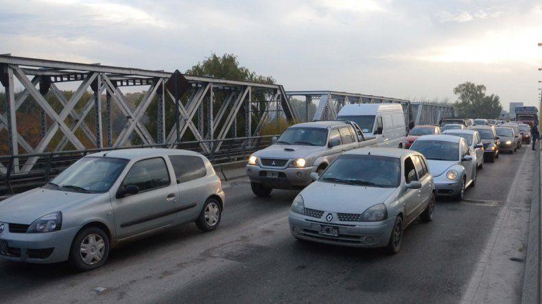 Un incendio generó complicaciones de tránsito en la zona de los puentes