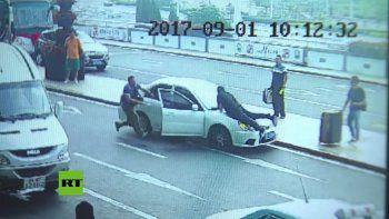 Intentó escapar de un control y atropelló a un policía