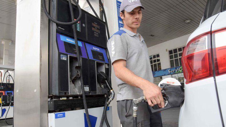 Desde esta noche, YPF baja un 1,5% el precio de las naftas