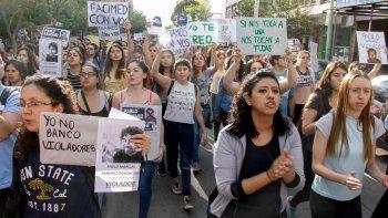 Estudiantes marcharon por la alumna abusada y la facultad suspendió al agresor