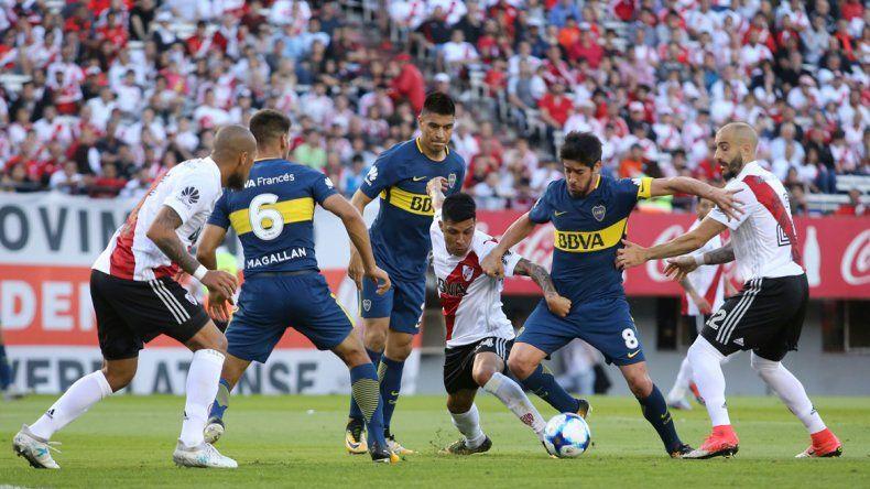 Boca le ganó 2 a 1 a River en el Superclásico: ambos equipos jugaron con uno menos