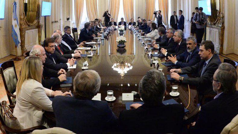Weretilneck y representantes de todas las provincias se reunieron ayer con el presidente Mauricio Macri en la Casa Rosada.