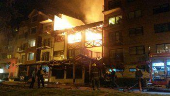 El fuego consumió el mítico hotel Argentino en Bariloche