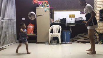 El nene de 4 años que la rompe haciendo jueguitos