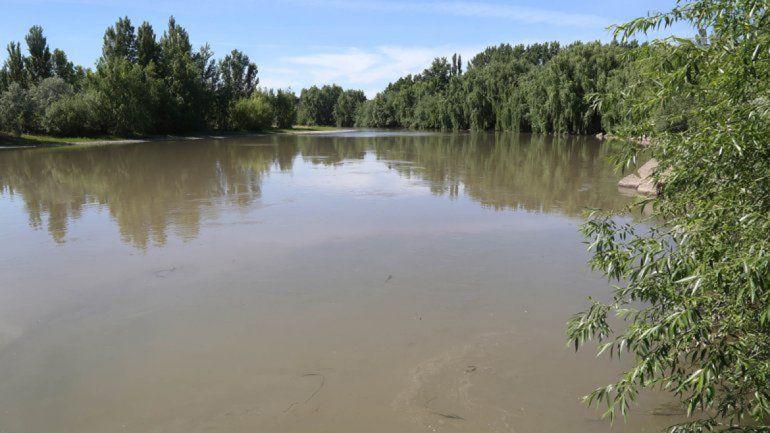 Intentaron robarle a dos adolescentes que se bañaban en el río Neuquén y los balearon
