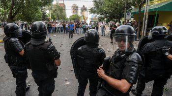 La batalla campal que se desarrolló durante dos horas en pleno centro de la ciudad dejó heridos, vidrios rotos y estupor entre los vecinos, ajenos a las causas del Gobierno y el gremio.