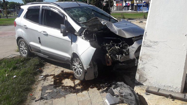 Borracho perdió el control, se subió a una rotonda y chocó contra un monumento