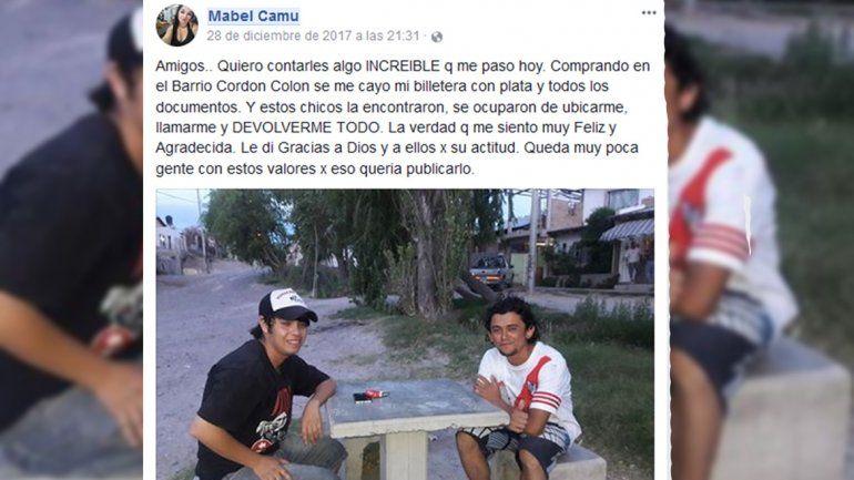 Perdió una billetera con más de 11 mil pesos y dos jóvenes se la devolvieron