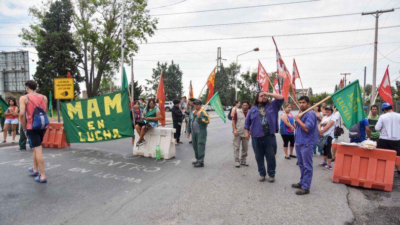 Trabajadores de la maderera MAM levantaron el corte sobre el puente viejo