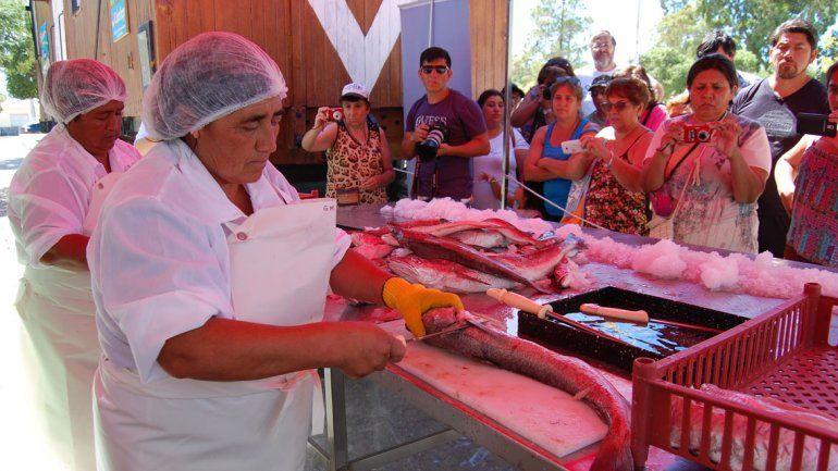 Dos vecinas enseñaron a filetear pescados en la playa de Las Grutas