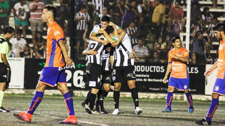 Todos se suman al festejo del delantero por el gol de la celebrada victoria de Cipolletti sobre su eterno rival. La serie se define en la vecina ciudad el martes por la noche.