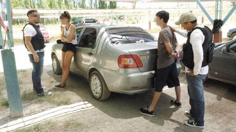 Julieta y su novio al momento de ser encontrados en un camping en Mariano Moreno tras 27 horas de búsqueda.