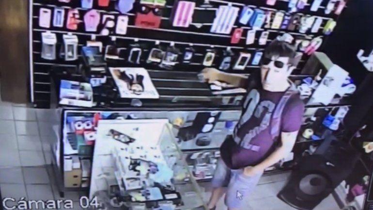 Escracharon a ladrón que aprovechó un descuido y robó un celular en un local del Bajo