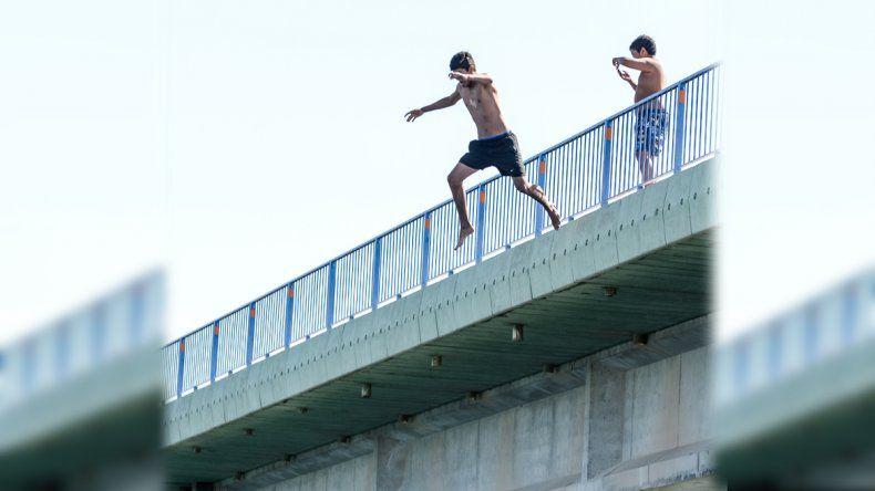 Así se tiran de clavado en el puente de Balsa Las Perlas