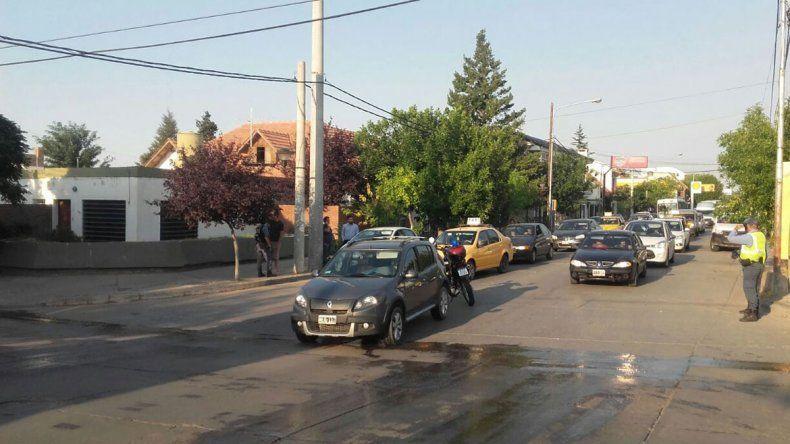 Auto fantasma: un vehículo sin conductor chocó a otro y causó caos en el centro oeste