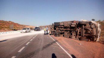 Ruta 7: volcó un camión con 28 toneladas de harina